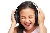 女の子は大声で音楽を聴いてください。 — ストック写真