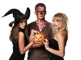 Vampiri, zombie e strega tenendo una zucca — Foto Stock