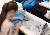 She sews on the sewing machine — Stock Photo