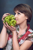 The girl is wanting green grapes — Stock Photo