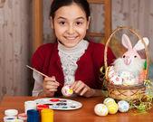 Hermosa chica coloreada huevos de pascua — Foto de Stock