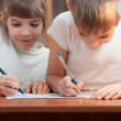 Children draw at the table — Stockfoto