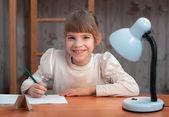 Kız öğrenci ödev — Stok fotoğraf