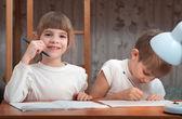 Los niños hacen sus deberes — Foto de Stock