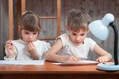 Roztomilé děti dělat domácí úkoly — Stock fotografie