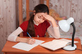 宿題をやっている女子高生 — ストック写真