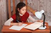 Colegiala haciendo los deberes — Foto de Stock
