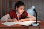 Dziewczyna była bardzo zmęczony, aby zrobić pracę domową — Zdjęcie stockowe