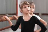 Children learn to dance in the ballet barre — Stock Photo