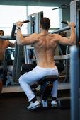 человек, осуществляя на тренажере для спины — Стоковое фото