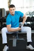 Muž cvičení s činkami — Stock fotografie