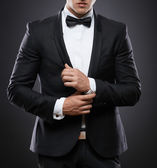 Business man in suit on a dark background — Stockfoto