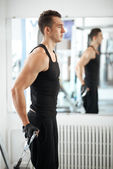 Man exercising in trainer for triceps muscles — Foto Stock