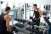 Man doing exercises dumbbell bicep muscles — ストック写真