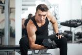 člověk dělá cvičení činka biceps svaly — Stock fotografie
