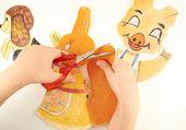 руки детей с помощью ножниц вырежьте бумажные фигуры — Стоковое фото