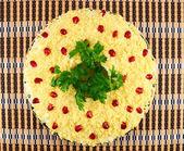 Salad.salad 与水煮的蛋、 奶油酱汁和石榴籽板上 — 图库照片