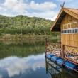 dům na voru v jezeře — Stock fotografie