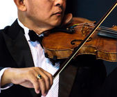 Playing the violin. Musical instrument with performer hands on d — Foto de Stock
