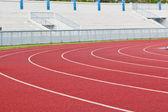 Nueva pista de atletismo y la tribuna. — Foto de Stock