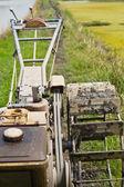 Trattore enorme raccolta pagliaio nel campo in un bel sole blu — Foto Stock