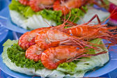Roasted shrimps with garlic and parsley — Stock Photo
