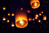 People launch sky lanterns to the sky in Loy Kratong festival — Stock Photo