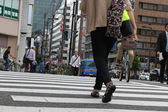 TOKYO, JAPAN-JUNE 2: Unidentified pedestrians at Shibuya crossin — Foto Stock