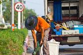 Väg arbetare på en trottoar med en pneumatisk hammare gräva upp betong — Stockfoto