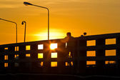 силуэт велосипедиста на закате — Стоковое фото