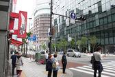 TOKYO, JAPAN-JUNE 2: Unidentified pedestrians at Shibuya crossin — Stock Photo
