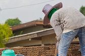 Bir tuğla tuğla üretiminin kadın işçi çıkartacak — Stok fotoğraf