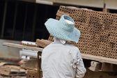 Trabalhador de mulher está deslocando um tijolo de produção de tijolos em — Fotografia Stock