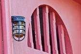 Vacker vintage lampa på väggen — Stockfoto