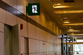 Emergency exit sign in building — Stock fotografie