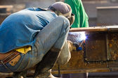 Outdoor worker with protective mask welding metal and sparks — Stockfoto