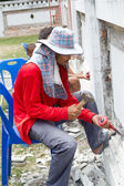 Cholburi june 23 :builder hitting a wall with a sledge hammer — Стоковое фото
