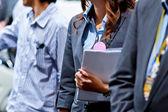 レポートを保持している女性実業家 — ストック写真