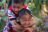 Dva malí přátelé objímaly — Stock fotografie