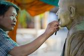 Strumento di scultura. artigiano crea la testa di un buddista mon — Foto Stock