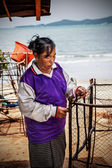 Woman fishermen is weaving fish-trap — Foto de Stock