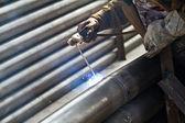 Trabalhador industrial, soldagem de estrutura de aço em fábrica, soldadura spa — Fotografia Stock