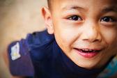 Close up van kind ogen kijken camera — Stockfoto
