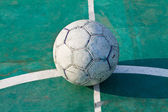 Viejo usa pelota de fútbol o fútbol sobre asfalto agrietado — Foto de Stock
