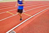 Обрезанное изображение бегун на конкурентных работает — Стоковое фото