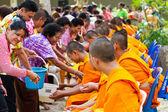 月ソンクラーン祭りの手僧侶に注ぐ水 13,201 — ストック写真