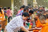 Вода вытекает в руки монаха в Сонгкран апреля 13,201 — Стоковое фото