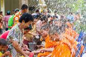 Voda proudí do rukou mnich v songkran festival v dubnu 13,201 — Stock fotografie