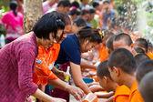 Eller monk in songkran Festivali için Nisan tarihinde dökülen su 13,201 — Stok fotoğraf
