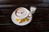Gorąca kawa na drewnianym stole — Zdjęcie stockowe